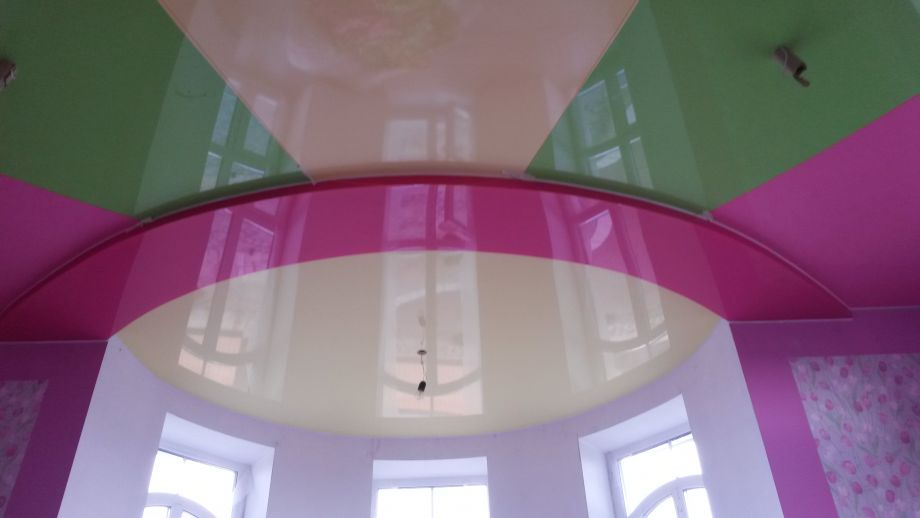 Многоцветный натяжной потолок